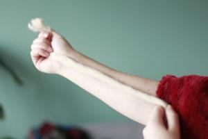 Deken handknopen - afmeten eerste stuk lontwol