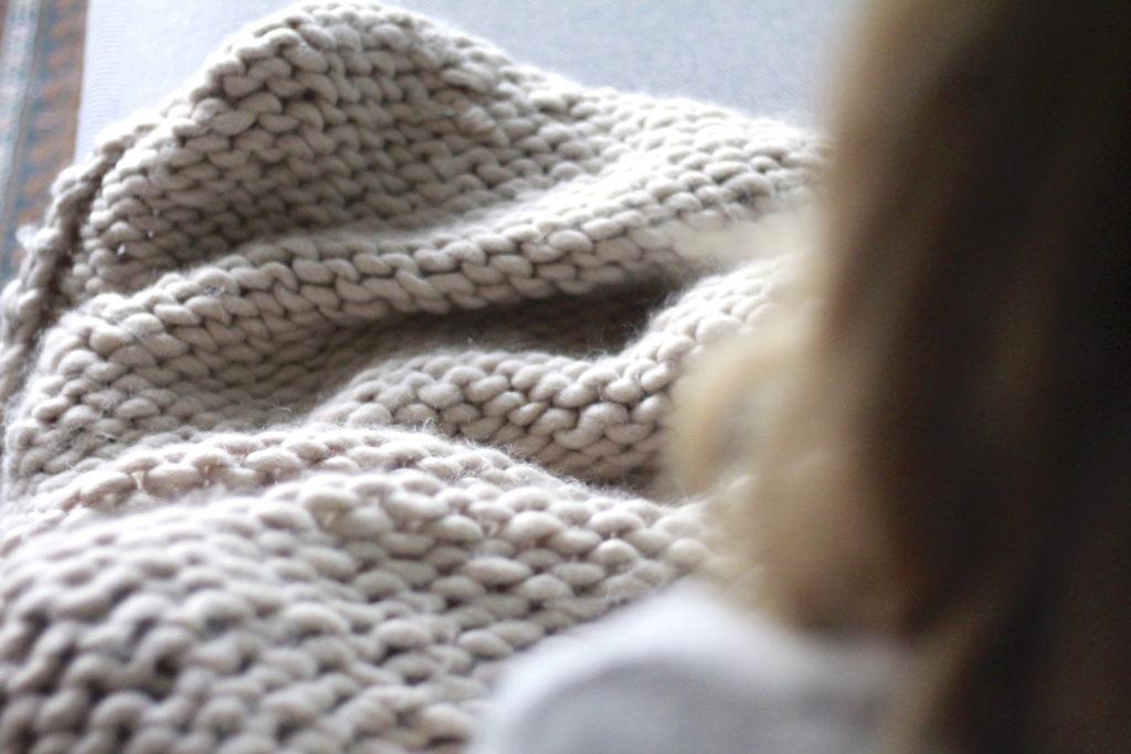Deken handknopen - chunky knit in gebruik